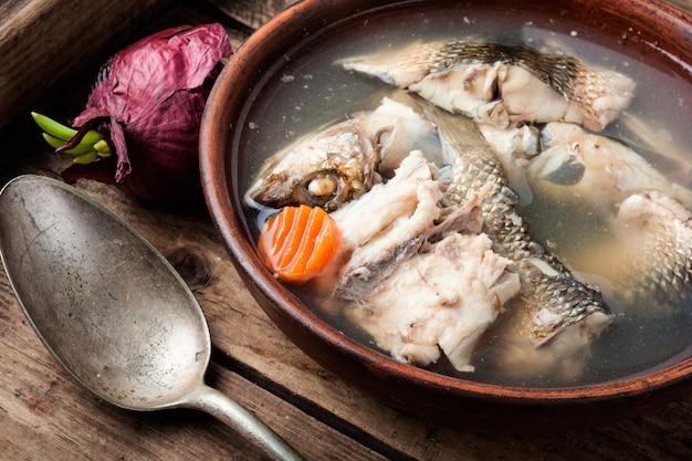 皿に魚のスープ Premium写真
