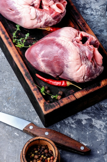 Сырое свиное сердце Premium Фотографии