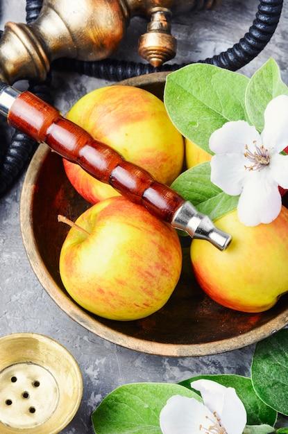 リンゴと水ギセル Premium写真