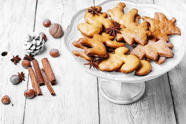 クリスマスのクッキーと花瓶 Premium写真