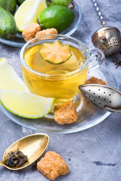 Чай с лаймом и фейхоа Premium Фотографии