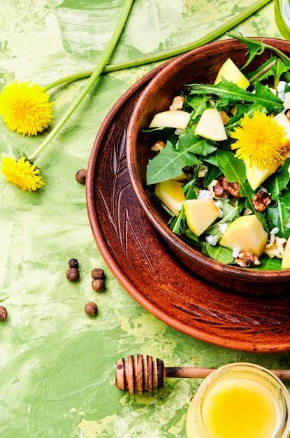 夏のタンポポの花のサラダ Premium写真
