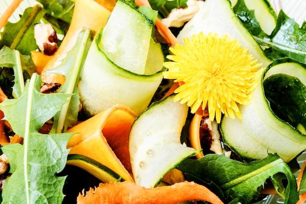 夏の新鮮なタンポポのサラダ Premium写真