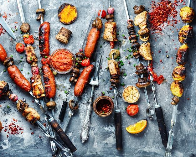 野菜のグリル、肉とソーセージ Premium写真