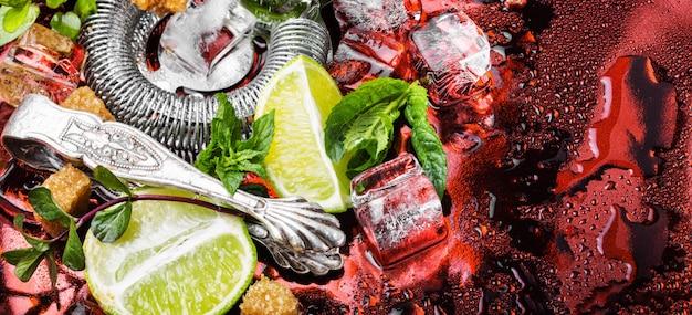 Мята, лайм, ледяные ингредиенты и барная посуда Premium Фотографии