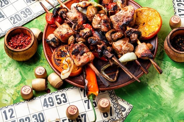 バーベキュー肉とロトゲーム Premium写真