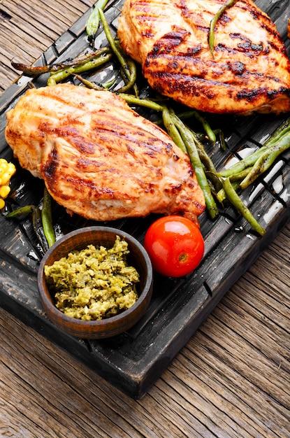 健康鶏胸肉のグリル Premium写真