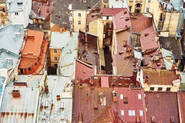 Вид на старые крыши. яркие цветные крыши домов в историческом центре города Premium Фотографии