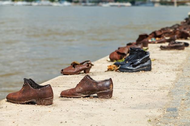 ドナウ川の堤防 - ホロコースト記念館の靴 Premium写真