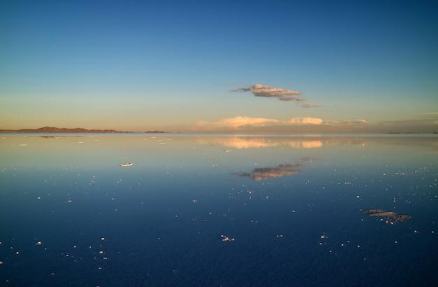 ウユニ塩原またはボリビアのウユニ塩湖での鏡効果の壮観 Premium写真