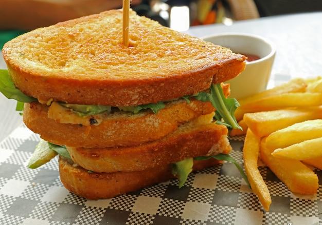 おいしいチキンアボカドサラダサンドイッチ、フライドポテト Premium写真