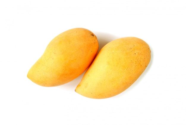 白で隔離される新鮮な熟したマンゴーのペアのトップビュー Premium写真