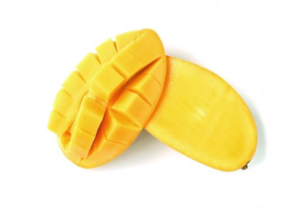 新鮮で熟したマンゴーを半分にカットし、白で隔離されるクロスカット Premium写真