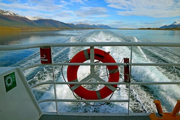 アルゼンチン、ティエラ・デル・フエゴのビーグル海峡でクルーズ船をスピードアップする船尾の後ろに強力な海の泡 Premium写真