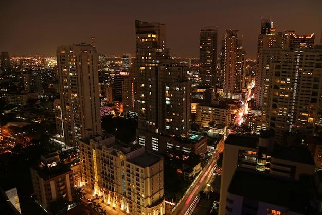 Невероятный вид с воздуха на городской пейзаж с небоскребами бангкока в центре города ночью Premium Фотографии
