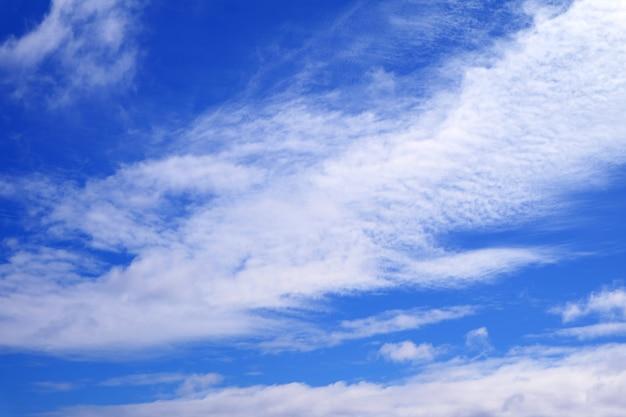 真っ白な雲と鮮やかな青い空 Premium写真