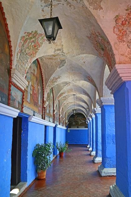 青い壁と宗教的なフレスコ画、アレキパ、ペルーとサンタカタリナ修道院の列 Premium写真