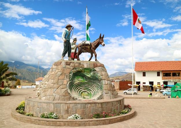 ペルー、クスコ地方、インカの聖なる谷のマラス広場の記念碑 Premium写真