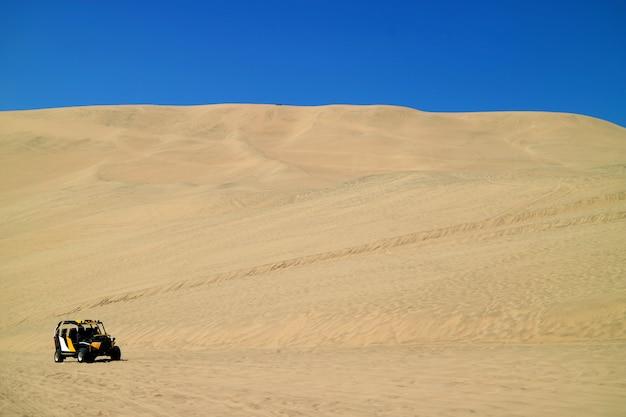 Багги на дюнах в песчаных дюнах пустыни уакачина в регионе ика, перу Premium Фотографии