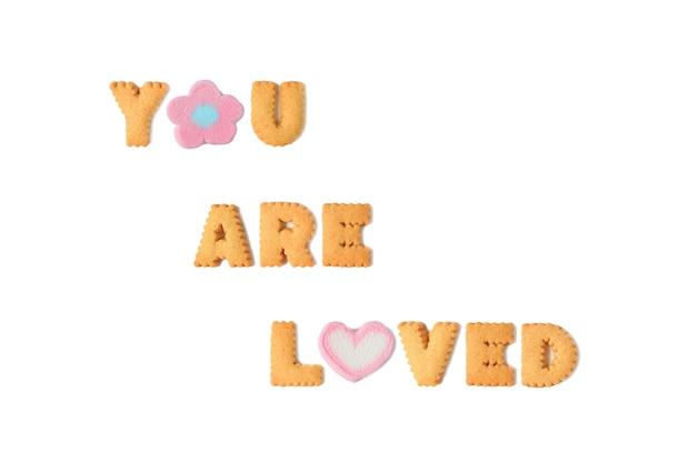 あなたが愛している言葉はアルファベットクッキーとマシュマロキャンディーで綴られています Premium写真