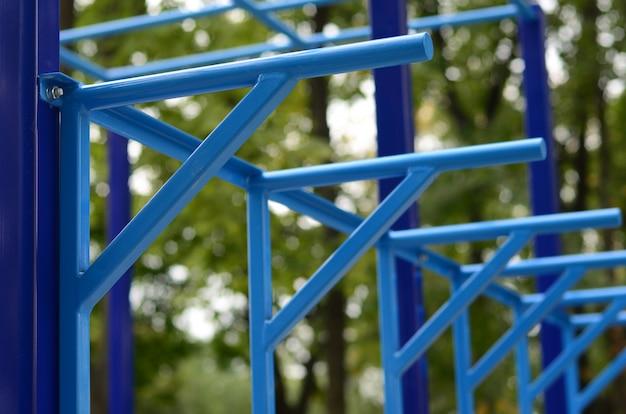青い金属パイプとストリートスポーツフィールドに対するクロスバー Premium写真