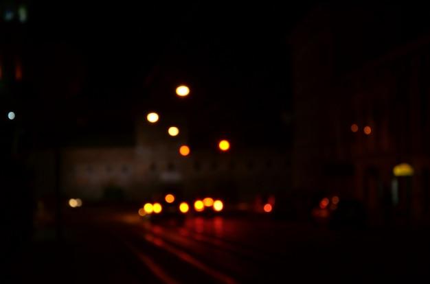 道路上のトラフィックのぼやけた夜景 Premium写真