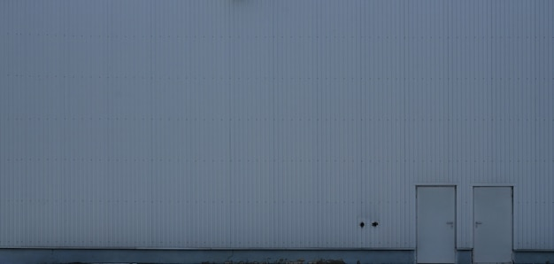 窓のない工業ビルの高金属壁のテクスチャ Premium写真