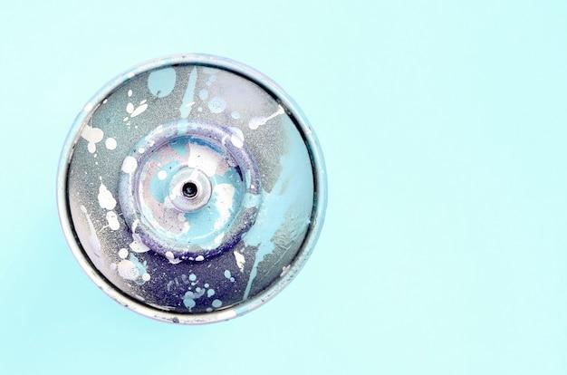 落書きを描くための使い捨てスプレー缶は、パステルカラーにあります。ストリートアートの絵画の概念最小限の平置き。上面図 Premium写真