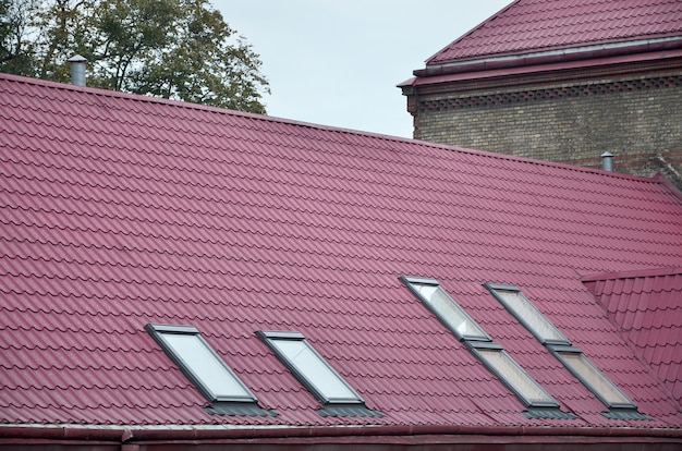 リヴィウ、ウクライナで復元された古い多階建ての建物の金属屋根の断片 Premium写真
