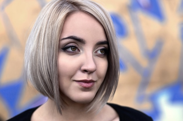 短い髪の若いブロンドの女の子の肖像画 Premium写真