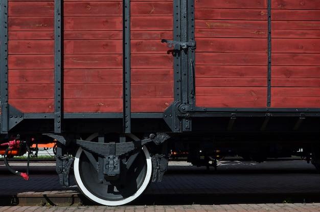 ホイールを持つ古い茶色の木製貨物車の側 Premium写真