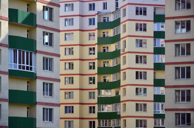 Новый или недавно завершенный многоэтажный жилой дом Premium Фотографии