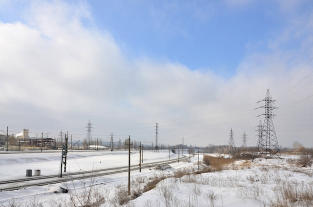 送電線の塔のある冬景色 Premium写真