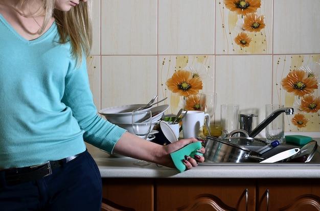 キッチンカウンターで女性の身体の断片 Premium写真