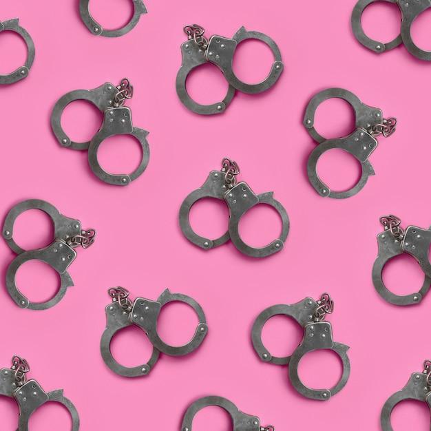 緊縛とセックスゲームのコンセプトです。ピンクの多くの手錠 Premium写真