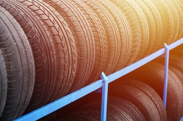 自動車店でのさまざまなタイヤの付いたラック Premium写真