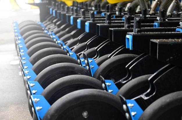 新しい産業農業用シーダーの車輪の列をクローズアップ Premium写真