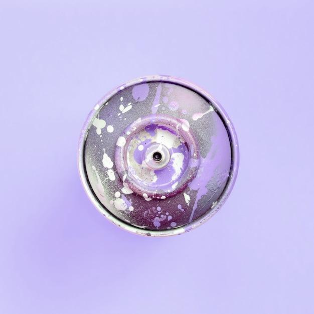落書きを描くための使い捨てスプレー缶は、パステルカラーの背景上にあります。 Premium写真