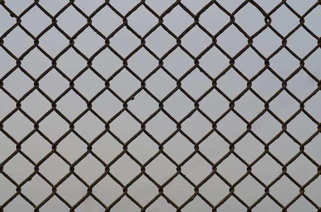 Текстура старой и ржавой металлической сетки на нейтральном фоне Premium Фотографии