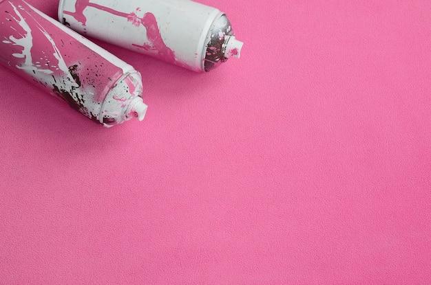 ペンキの滴りが付いているある使用されたピンクのエアロゾルのスプレー缶 Premium写真