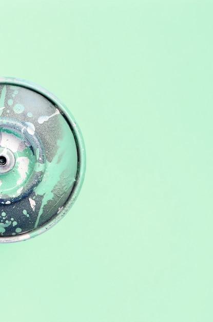 落書きを描くための単一の使用済みスプレー缶はパステルカラーの背景にあります Premium写真