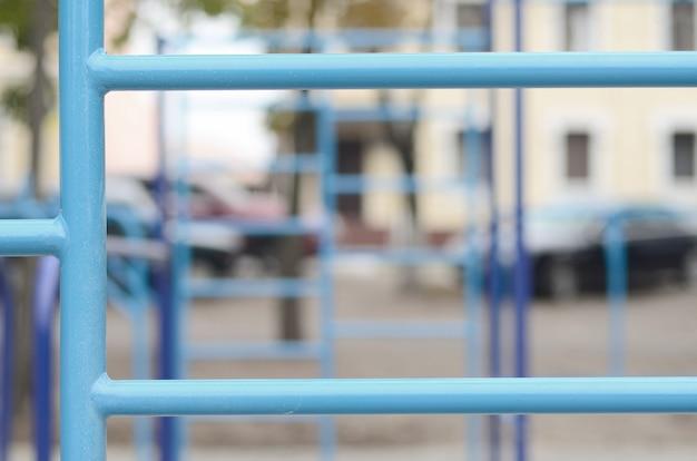 青い金属パイプと陸上競技でのトレーニングのためのストリートスポーツフィールドに対するクロスバー。 Premium写真