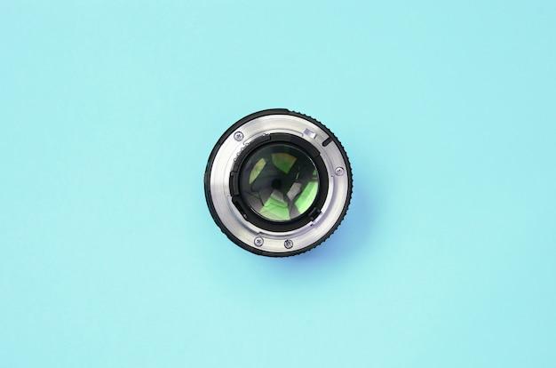 ファッションパステルブルーカラー紙の質感にうそをつく閉じた絞り付きカメラレンズ Premium写真