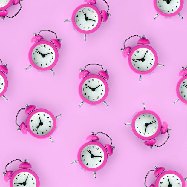 無駄な時間の概念。多くの紫色の目覚まし時計 Premium写真