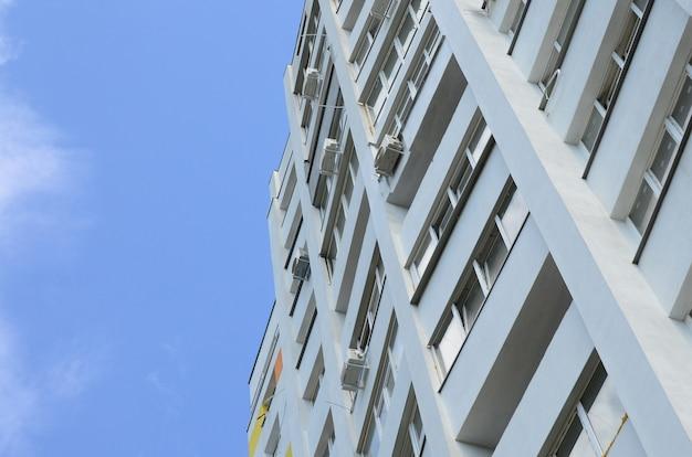 新しいマルチ階建ての住宅と青空 Premium写真