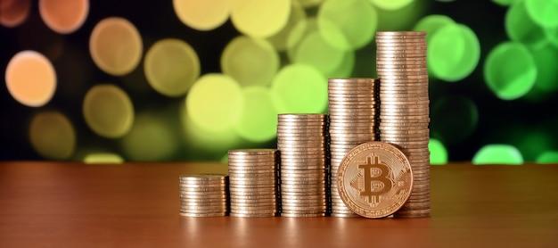 ビットコインのデジタル通貨とコインマネースタックのクローズアップ Premium写真