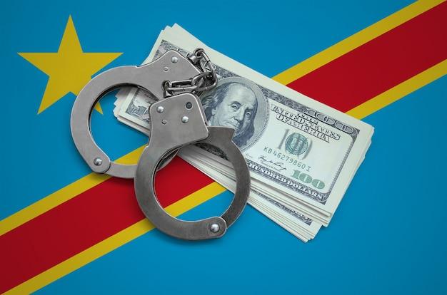 手錠とドルの束を持つコンゴ民主共和国の旗。国の通貨の腐敗。金融犯罪 Premium写真