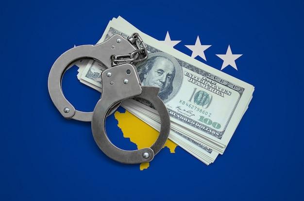 手錠とドルの束とコソボの旗。国の通貨の腐敗。金融犯罪 Premium写真