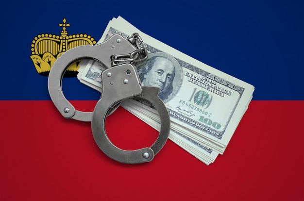 手錠とドルの束を持つリヒテンシュタインの旗。国の通貨の腐敗。金融犯罪 Premium写真