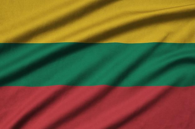 リトアニアの旗は、多くのひだのあるスポーツ布生地に描かれています。 Premium写真